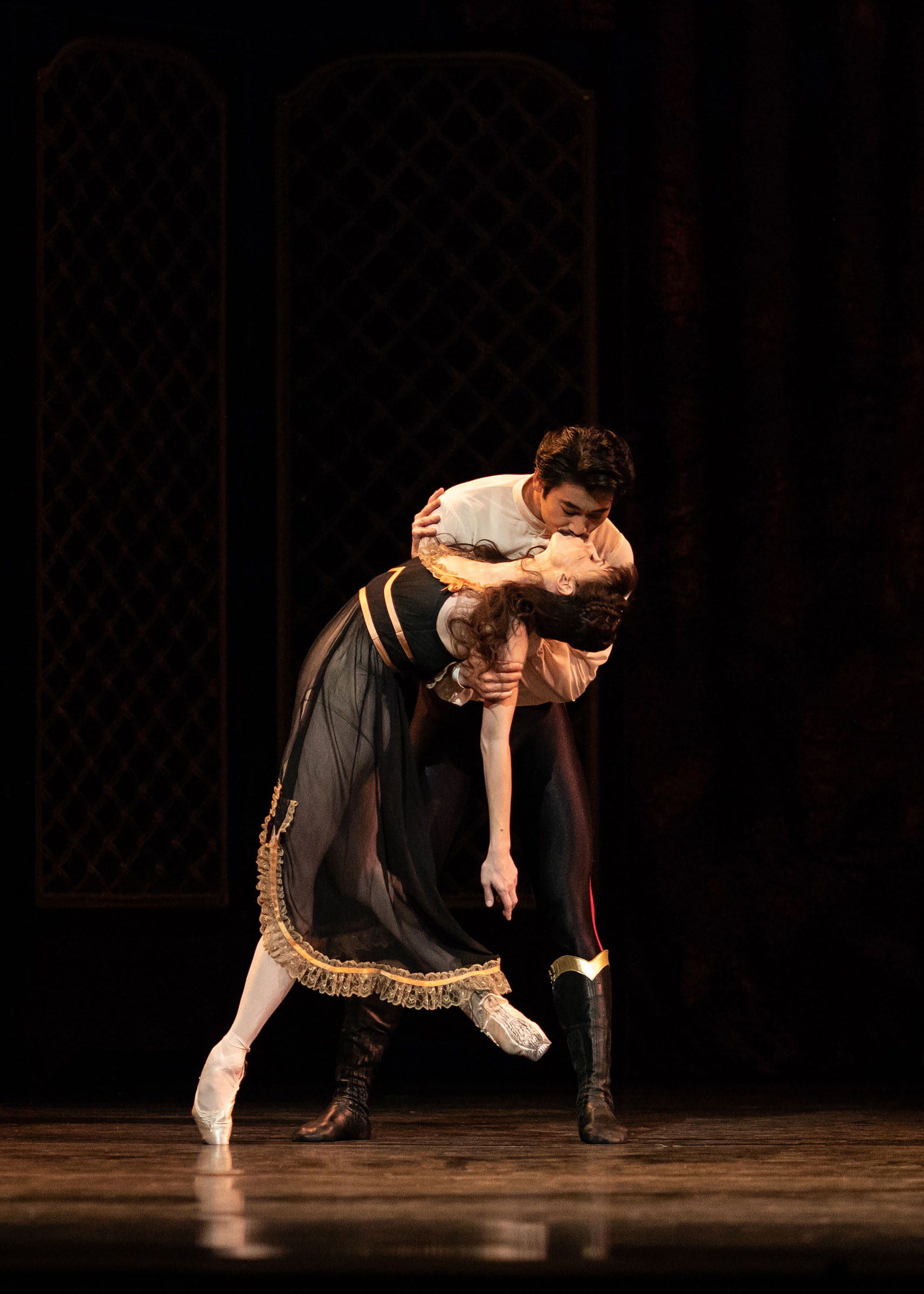 Natalia Osipova and Ryoichi Hirano kiss in Mayerling at the Royal Opera House